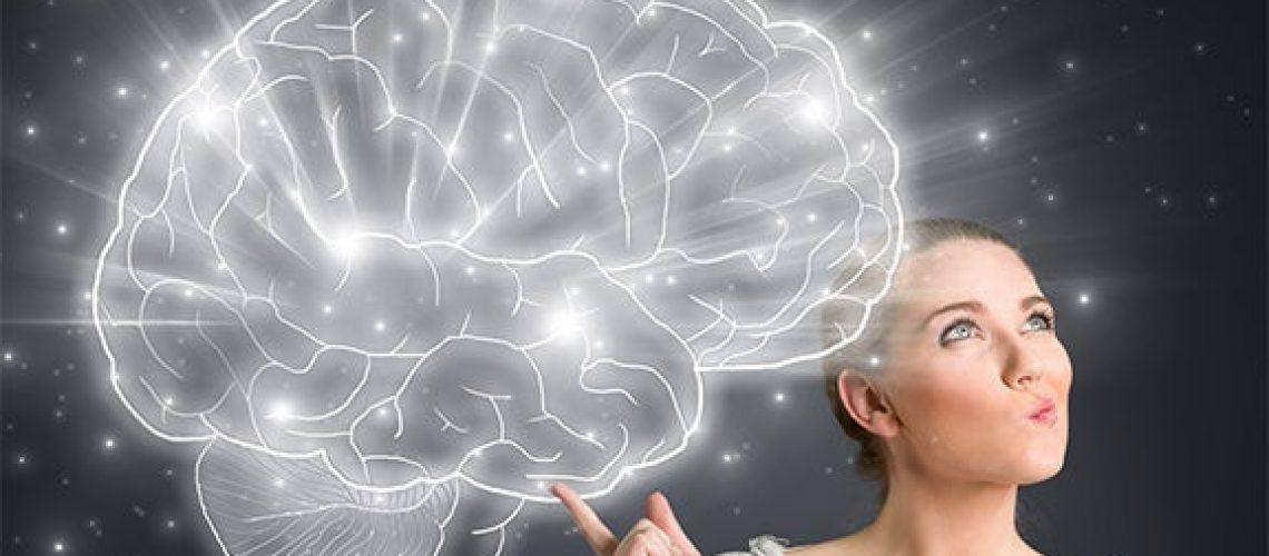 mujer-sujetando-un-cerebro